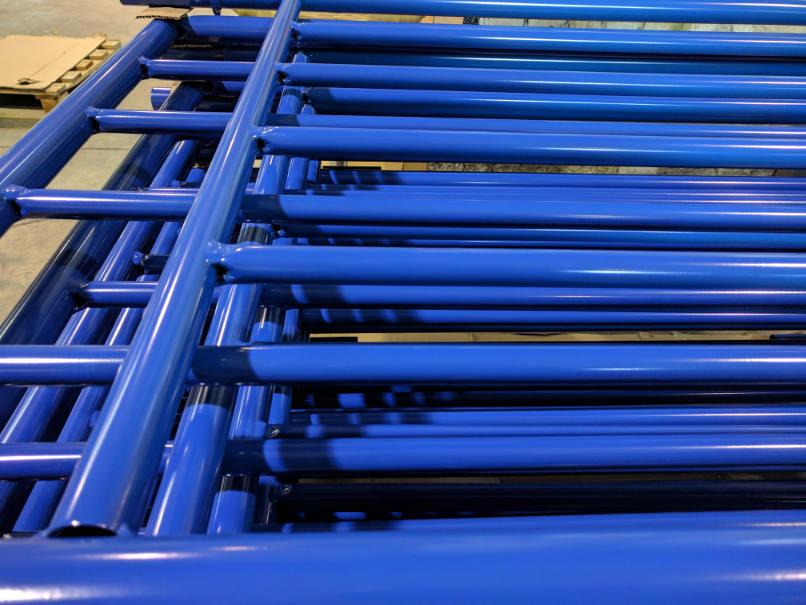 Mėlyni milteliniu būdu dažyti gaminiai